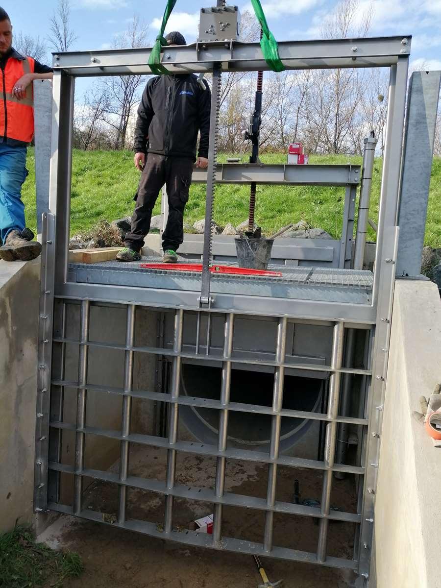simulation; conception et fabrication grille mécanique commande par cric pour filtration bassin avant passage orifice. Sathonay village